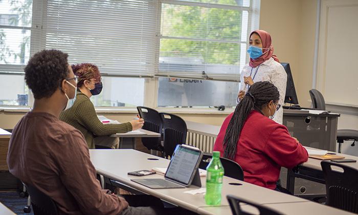 Fulbright FLTA Hadeer Nouh teaching Arabic at Marymount University